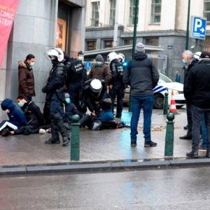 police bouse cheval bruxelles policiers masque arrestation journaliste Cité24 humiliation
