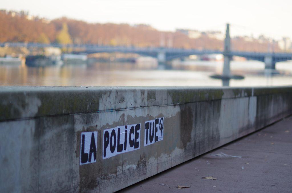 Message 'la police tue' à Lyon (France) en novembre 2020 violences policières