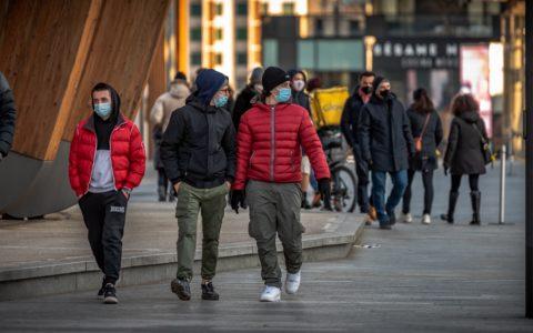 Passants dans la rue en temps de covid Siensano Belgique Bruxelles Wallonie Flandre coronavirus pandémié épidémie incidence contamination