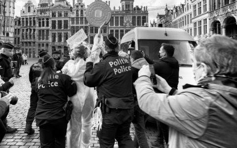 arrestation police artistes Still standing for culture (14 mars à la grand-place de Bruxelles)