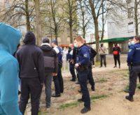 Policiers Bruxelles jeunes distribution nourriture stand blocs quartier populaire covid Philippe Close bourgmestre mesures sanitaires