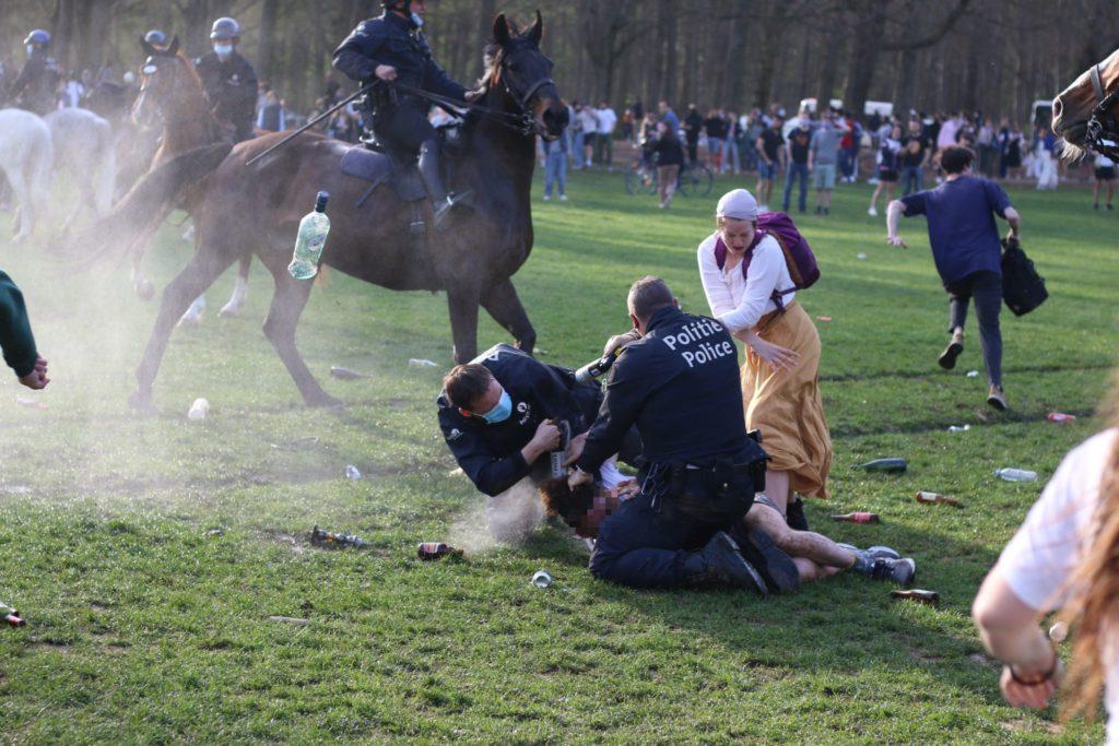 Un policier s'apprête à recevoir une bouteille en verre sur la tête - Photo : N.K.