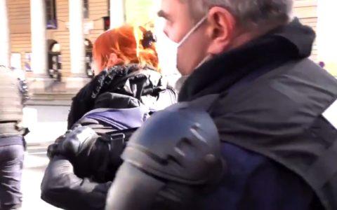 femme arrêtée police non port du masque Paris France violences policières théâtre odéon manif culture artistes