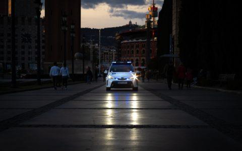 La voiture de police utilisée comme une arme.