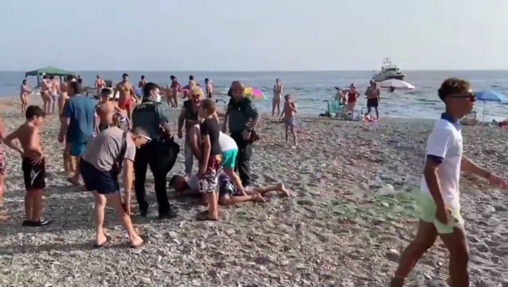 Trafiquants de drogue maîtrisés par des touristes dans le sud de l'Espagne.