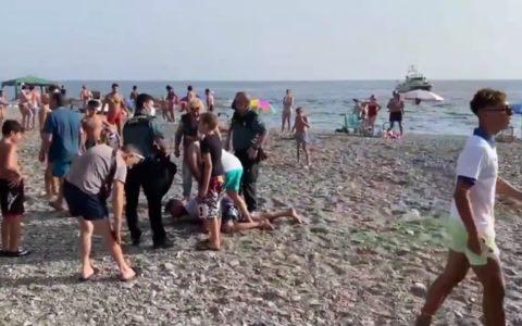 Trafiquants de drogue maîtrisés par des touristes .