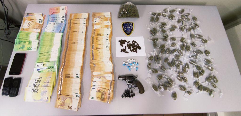 Le gérant d'un night shop à Etterbeek vendait des produits stupéfiants. Il a été inculpé.
