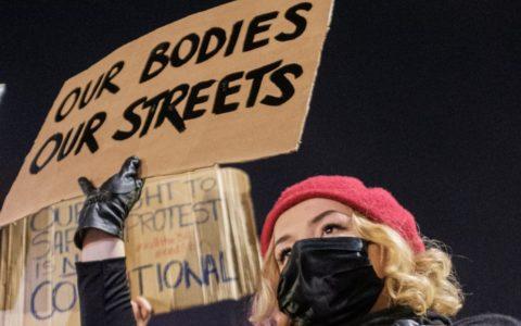 Manifestation avec un slogan 'Our bodies, our streets'